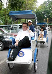 Chef Didier Corlou heads to the market on a cyclo. Photo courtesy VietNamNet.net