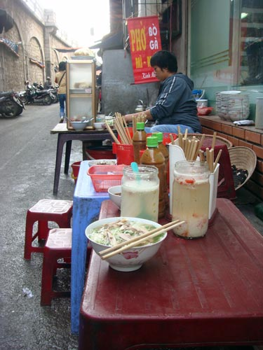 Street vendor pho ga in Ha Noi. Photo courtesy Wikipedia.com